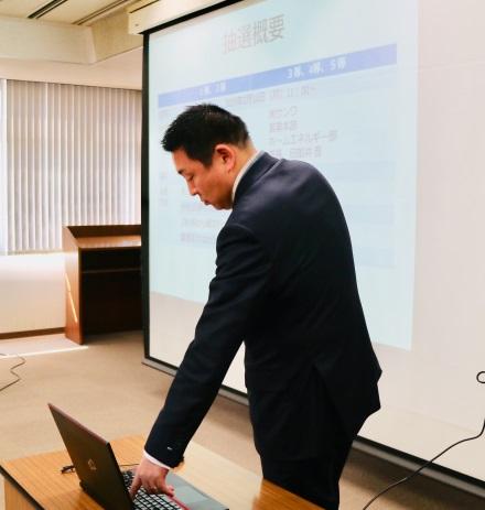 抽選する弊社代表取締役社長の遠藤